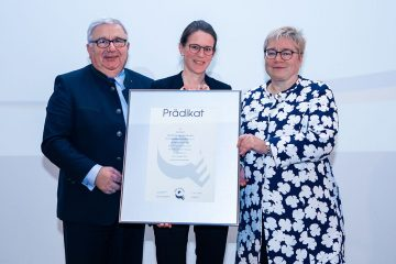 acatech receives its first TOTAL-E-QUALITY Award. The award was accepted on behalf of the Academy by (left to right): acatech President Dieter Spath, Head of Event Management and Equal Opportunities Officer Regina Straub, and acatech Executive Board member Martina Schraudner.